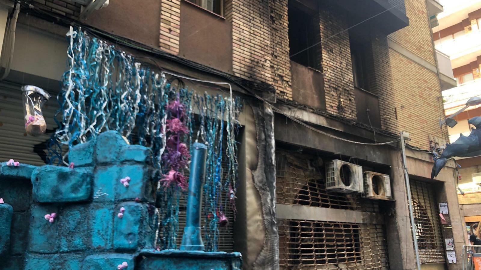 Part de la façana d'un edifici del carrer Llibertat del barri de Gràcia ha quedat afectada per l'incendi que d'aquesta matinada