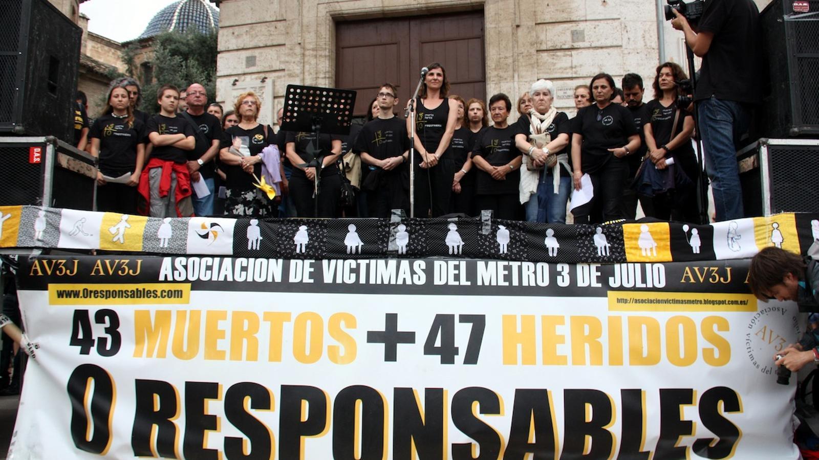 Moment dels cinc minuts de silenci en record de les víctimes de l'accident del metro de València en la concentració pel vuitè aniversari de la tragèdia. / JOSÉ SOLER / ACN