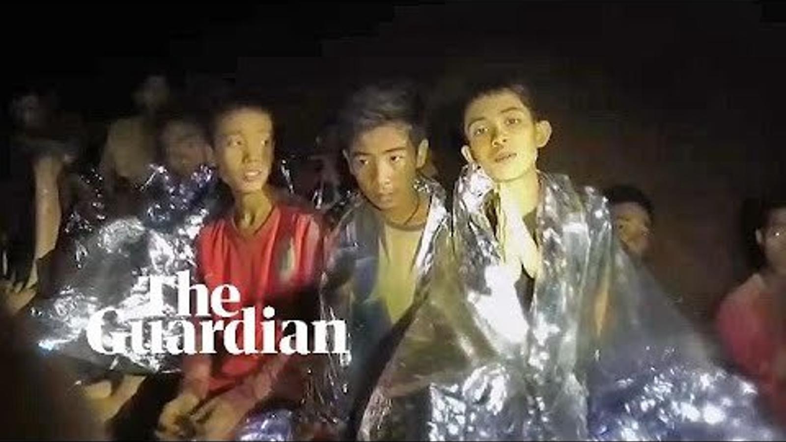 Vídeo dels nens tailandesos atrapats dins d'una cova a Tailàndia, esperant a ser rescatats, editat per 'The Guardian'