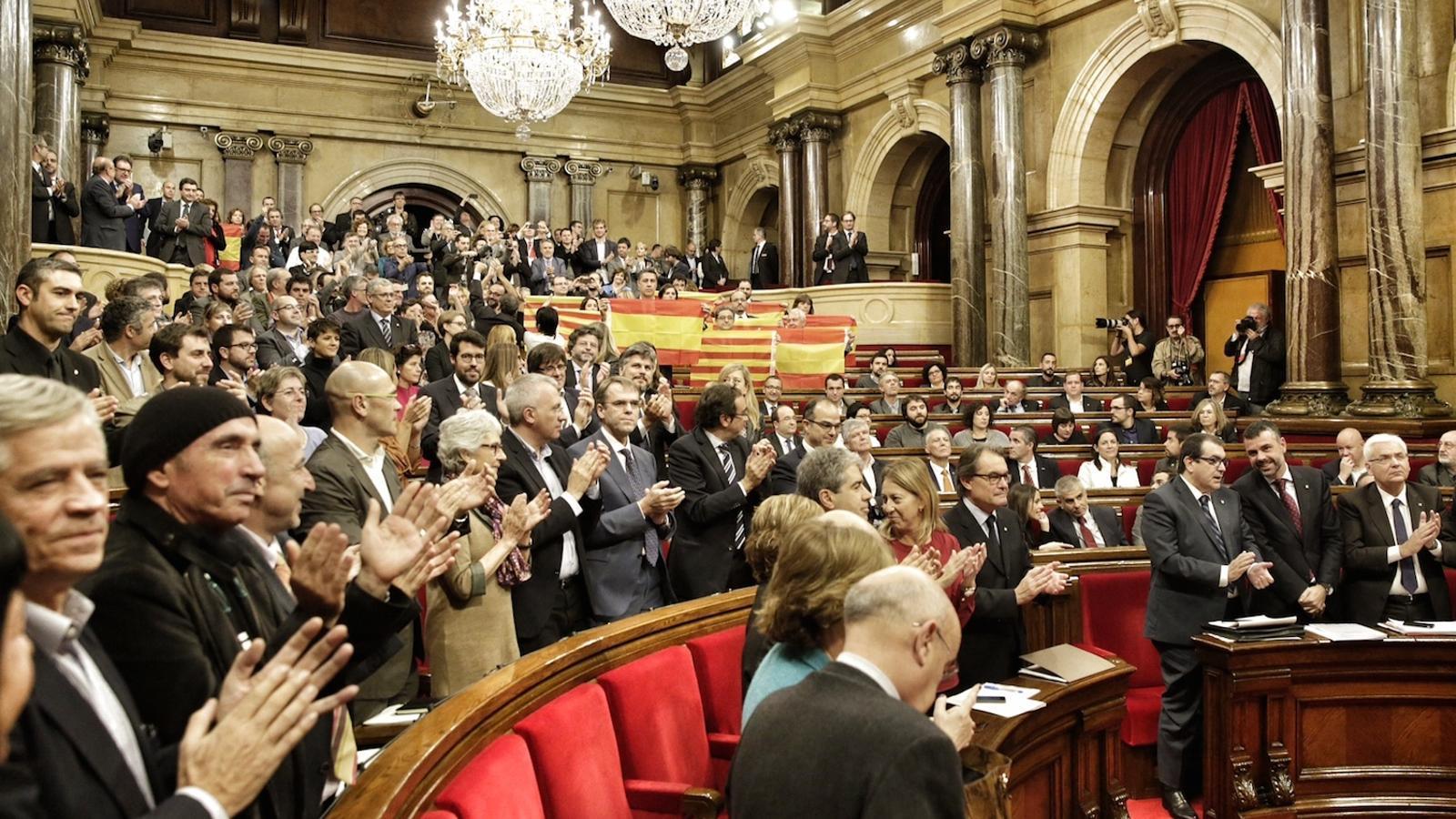 Els diputats del Parlament, després de l'aprovació de la declaració d'inici del procés independentista / PERE VIRGILI