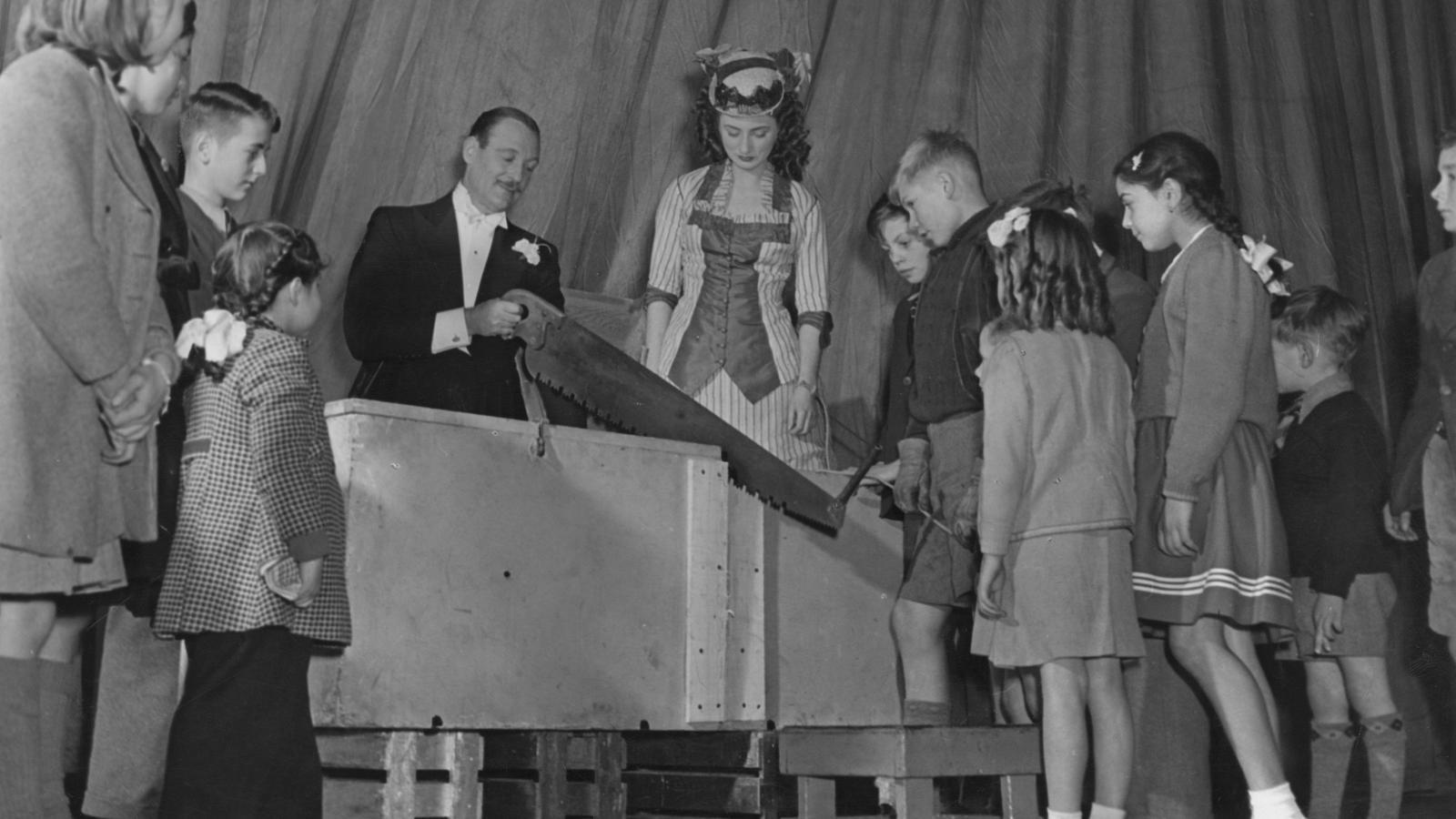 El mag Jasper Maskelyne el 1948 a Londres, fent un truc de magia