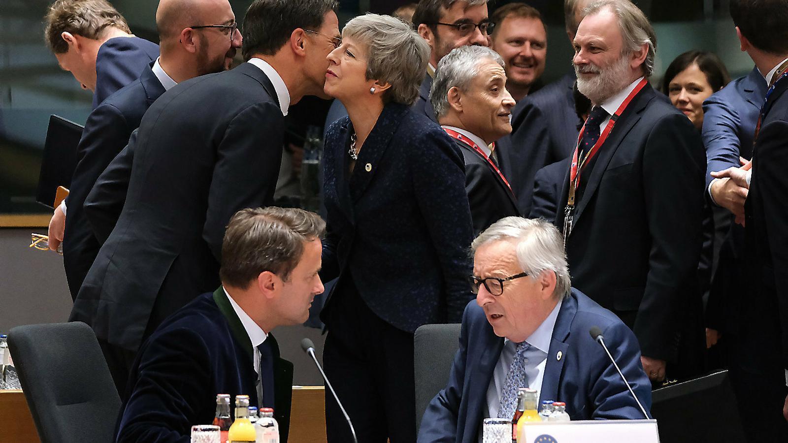 La UE dona oxigen a May i accepta ajornar el Brexit