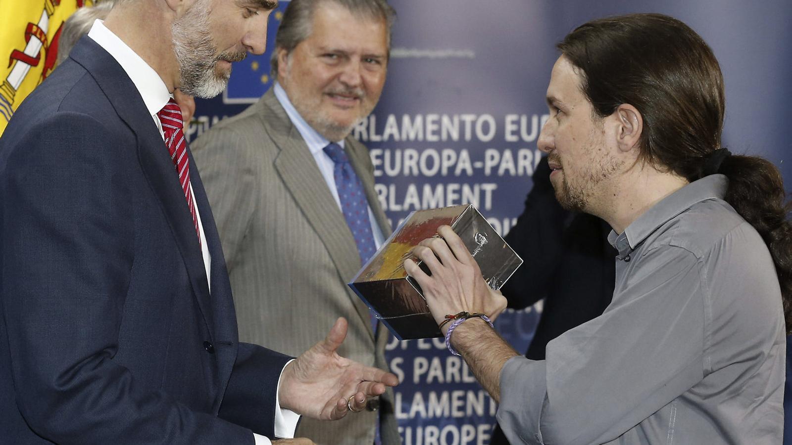 Quan Podem elogiava el rei. El 2015 Iglesias va regalar  Joc de trons  a Felip VI.