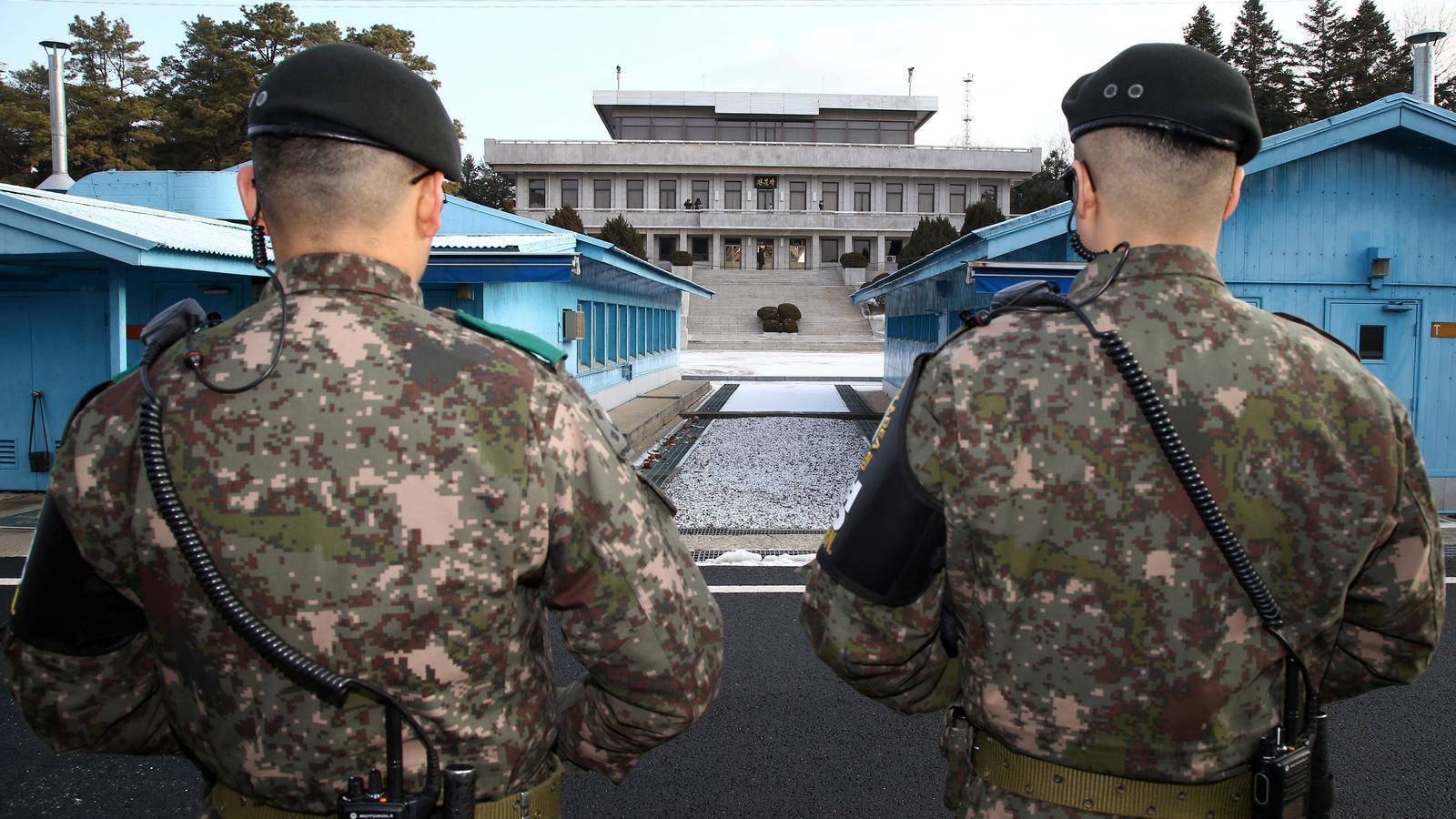 Soldats sud-coreans, davant el palau on s'ha celebrat la històrica trobada.