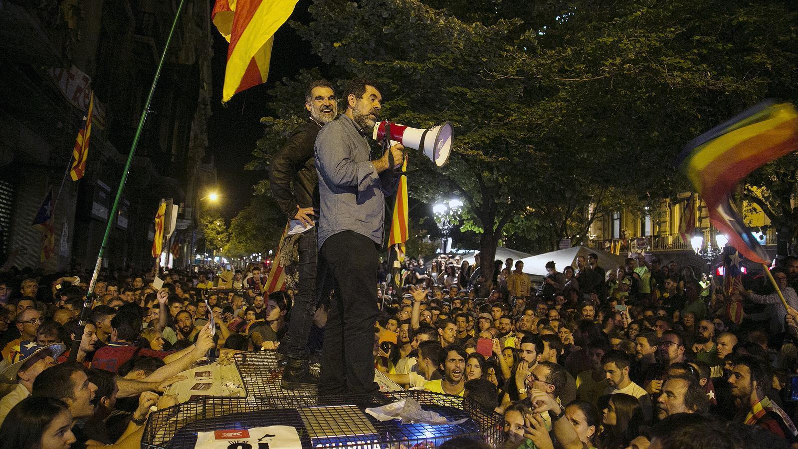 Jordi Sànchez i Jordi Cuixart demanen als concentrats davant la conselleria d'Economia, el 20 de setembre passat, que vagin cap a casa