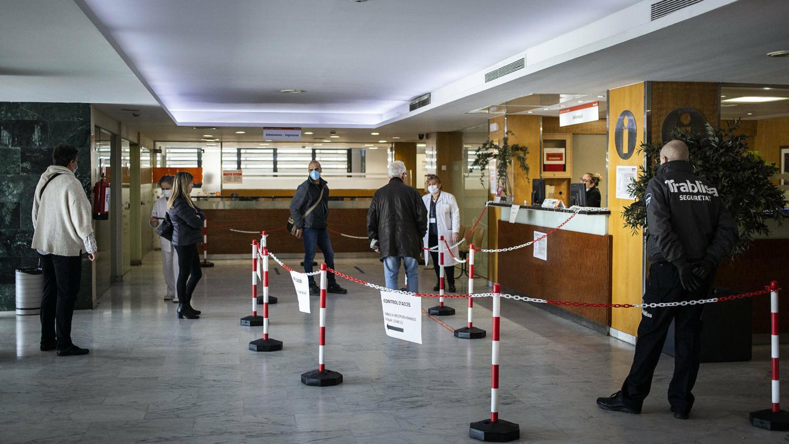 Usuaris i treballadors de l'Hospital Mútua Terrassa respectant les restriccions d'accés al centre.