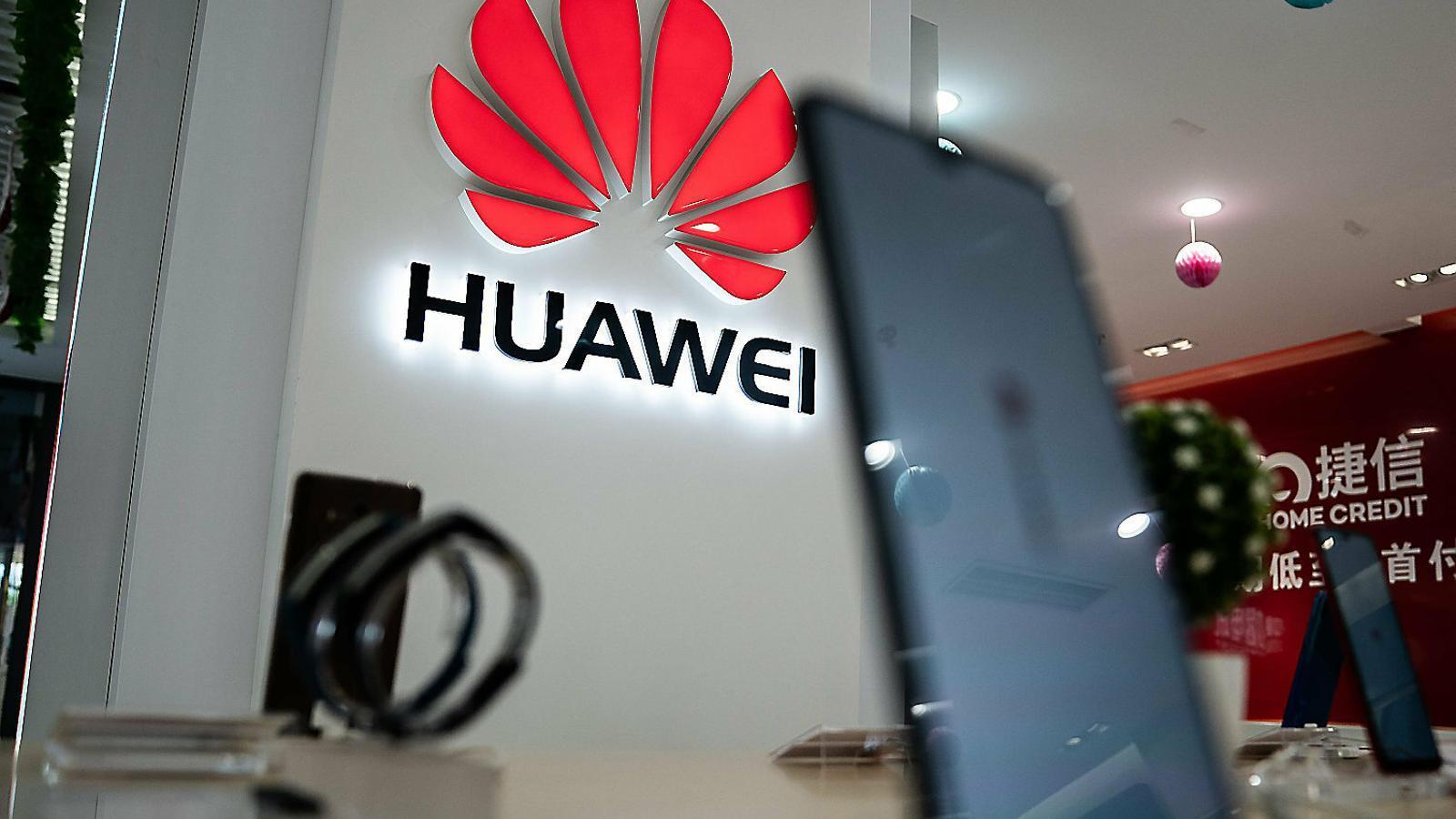 El logo de Huawei en una botiga de Pequín, en una imatge d'ahir mateix.