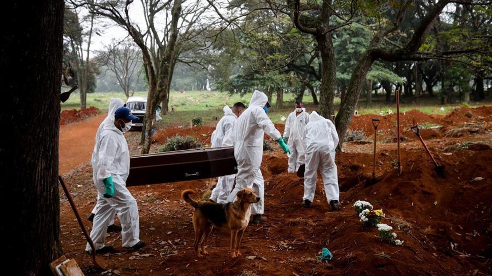 Enterradors al cementiri de Vila Formosa de Sao Paulo.