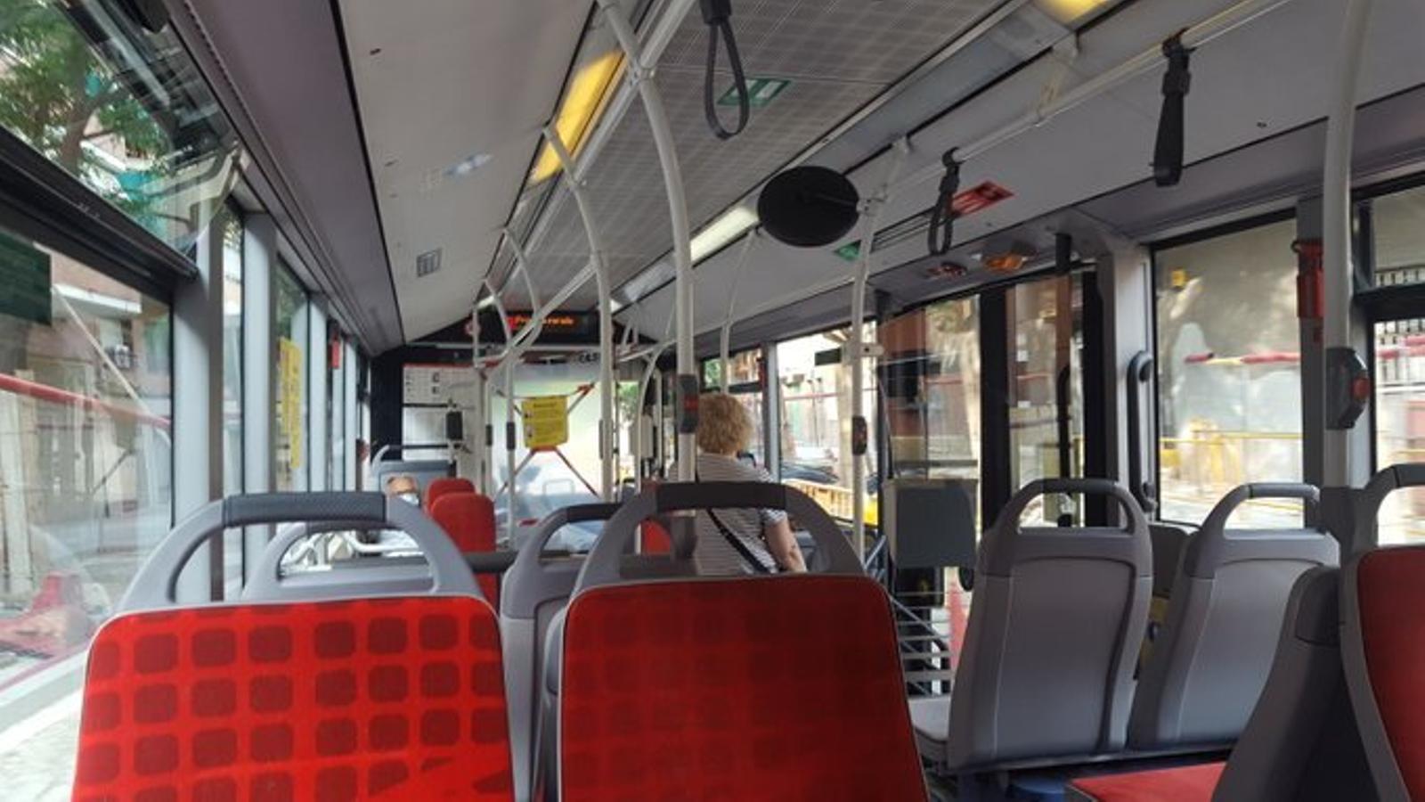 L'interior d'un autobús de la xarxa de Transports Metropolitans de Barcelona