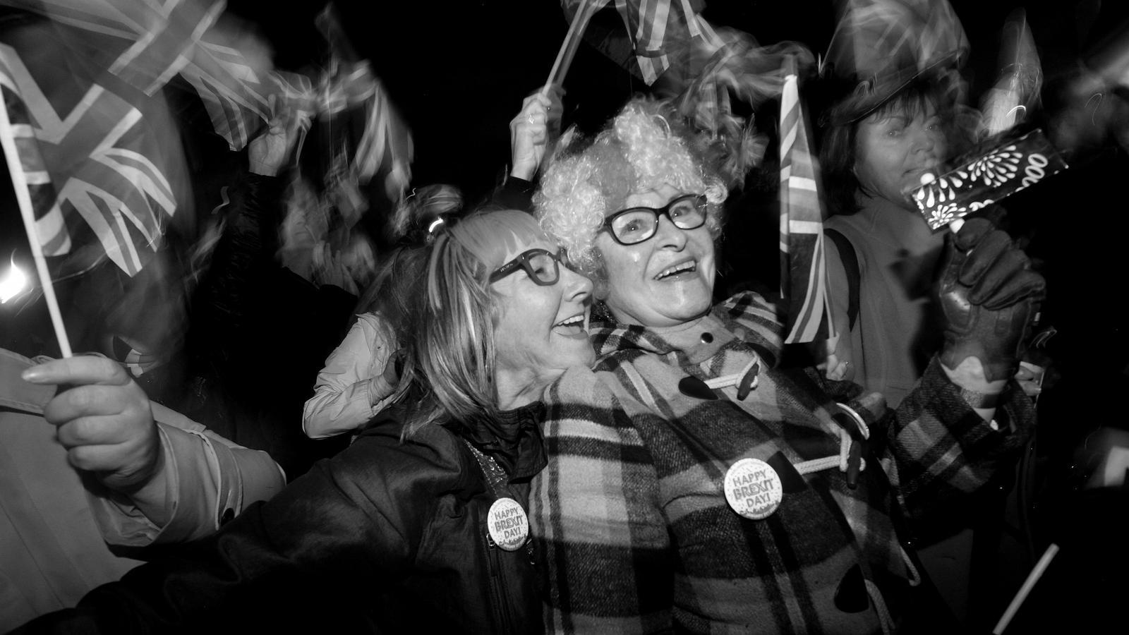 Partidaris del Brexit celebrant la sortida de la Unió Europea a la plaça del Parlament de Londres