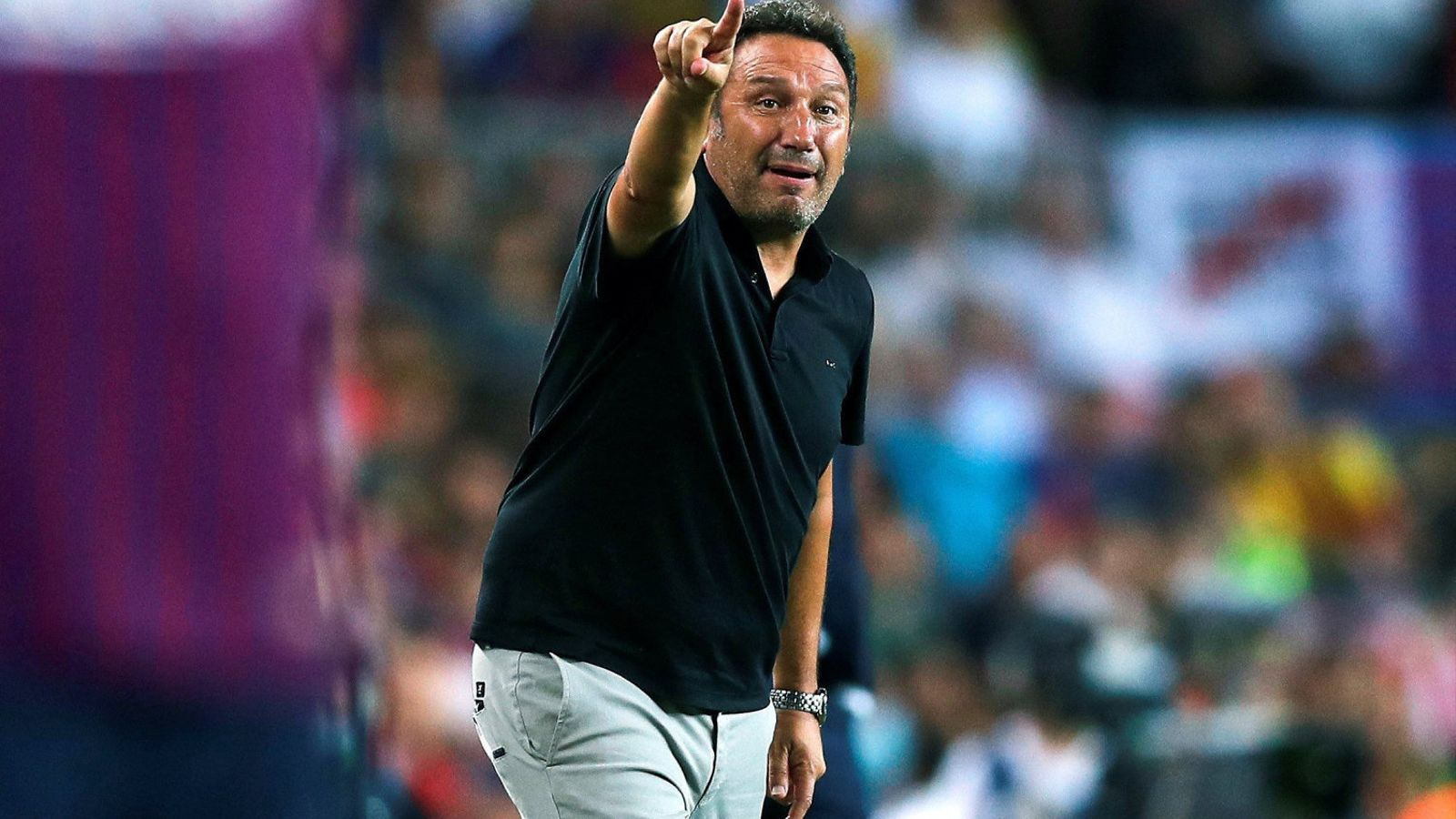 Eusebio Sacristán, entrenador del Girona, donant instruccions durant el partit al Camp Nou.