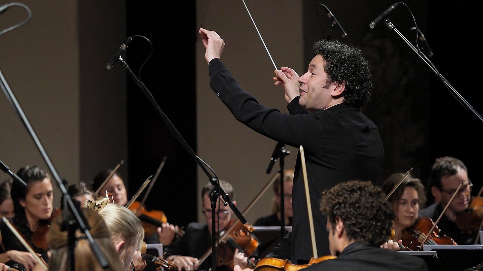 Dudamel dirigint dimarts la Mahler Chamber Orchestra al Palau de la Música.