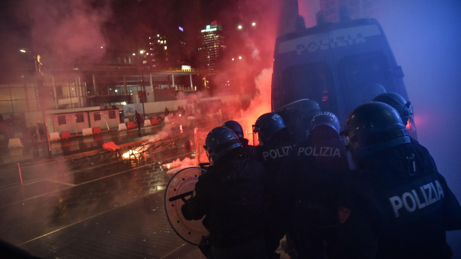 Protestes a Milà contra les mesures que ha pres el govern Itàlia contra COVID-19