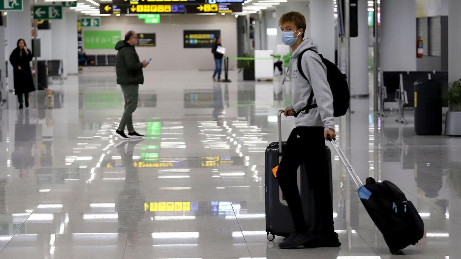 Un passatger a l'aeroport de Palma