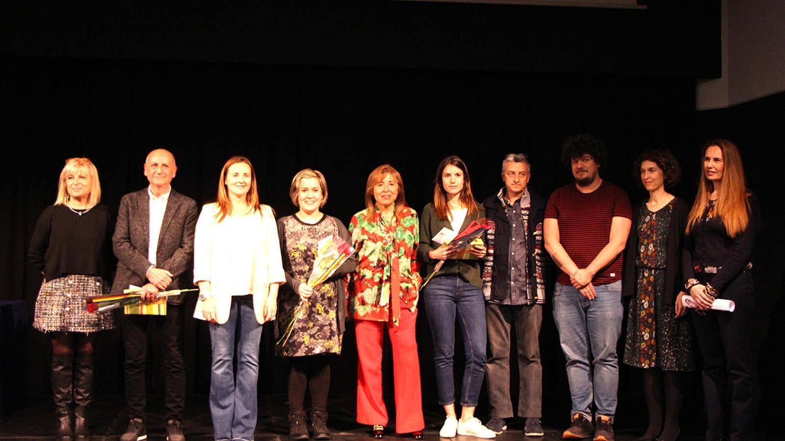 Els tres guanyadors del premi, amb les autoritats i membres del jurat, aquest dimarts. / M. F. (ANA)