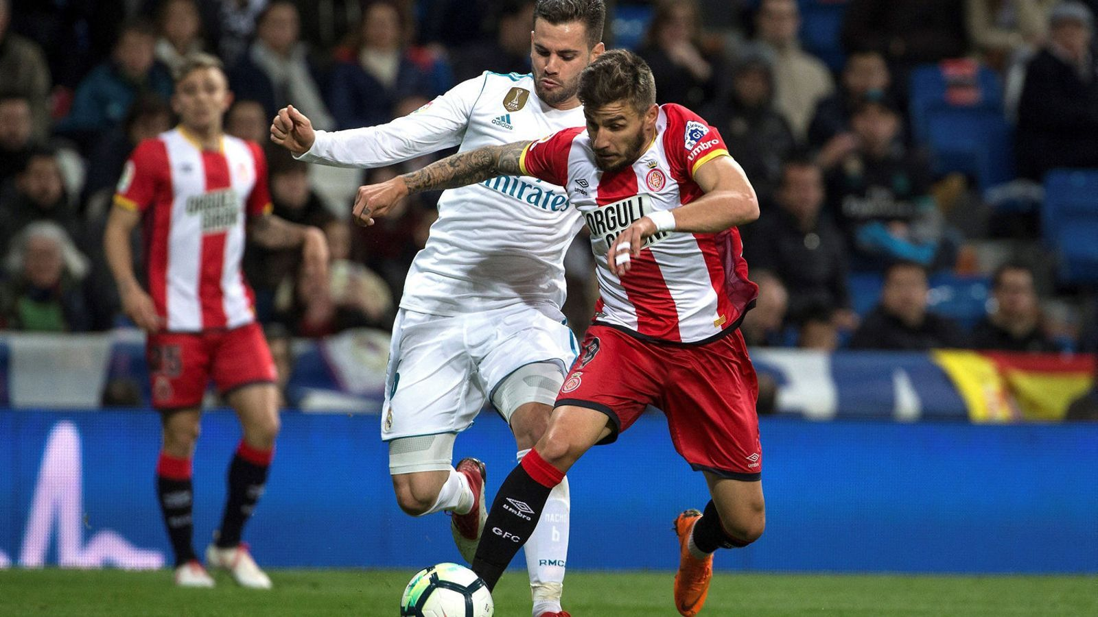 Portu conduint la pilota mentre és perseguit pel defensa del Reial Madrid Nacho, ahir al Santiago Bernabéu.