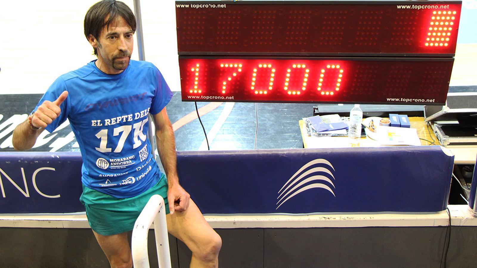 El corredor de muntanya, Ferran Teixidó, posant amb el cartell del repte solidari