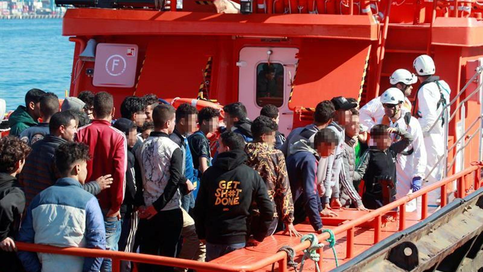 Un grup de nois d'origen magribí desembarquen al port d'Algesires després de ser rescats, el passat 20 de maig