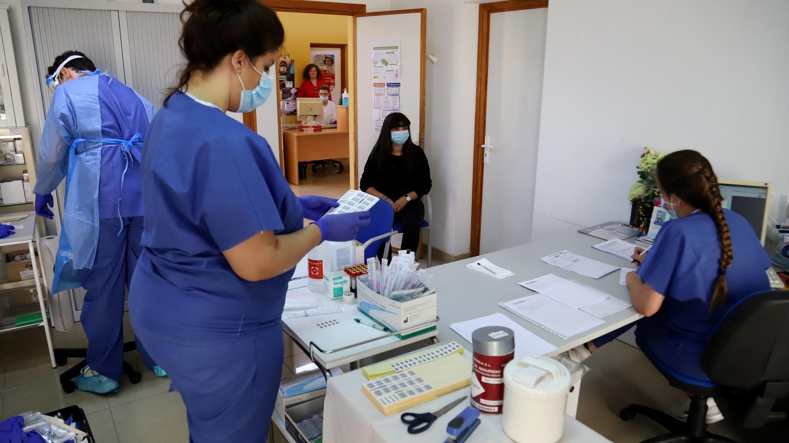 Realitzant proves de coronavirus a un centre de salut