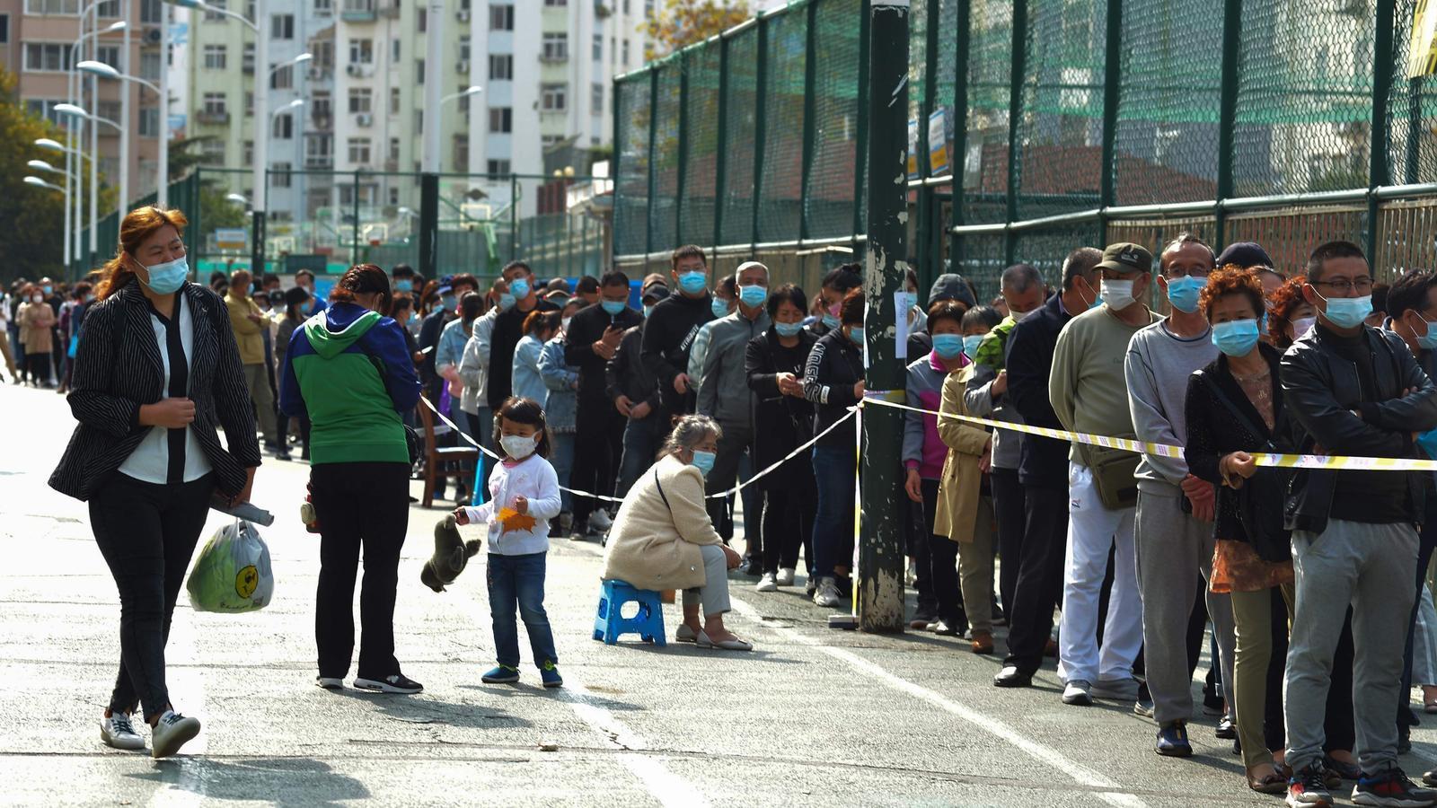 Milers de persones fan cua a Qindgao per sotmetre's a PCR