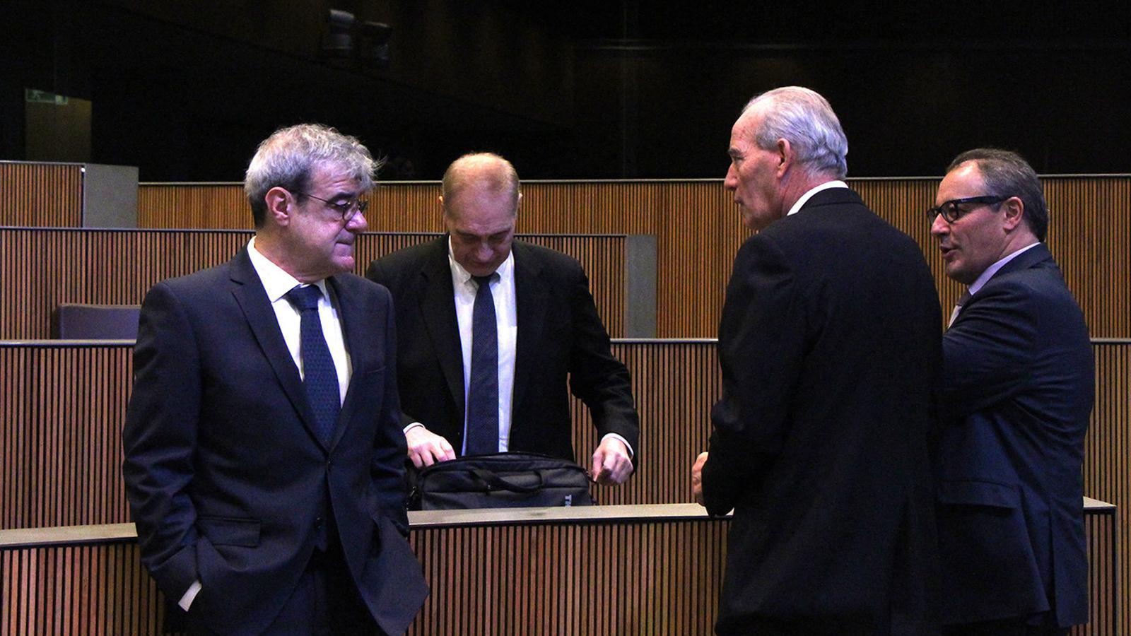 Els consellers demòcrates Ladislau Baró i Miquel Aleix conversen amb els consellers d'UL-IM Josep Pintat i Joan Carles Camp. / M. F. (ANA)