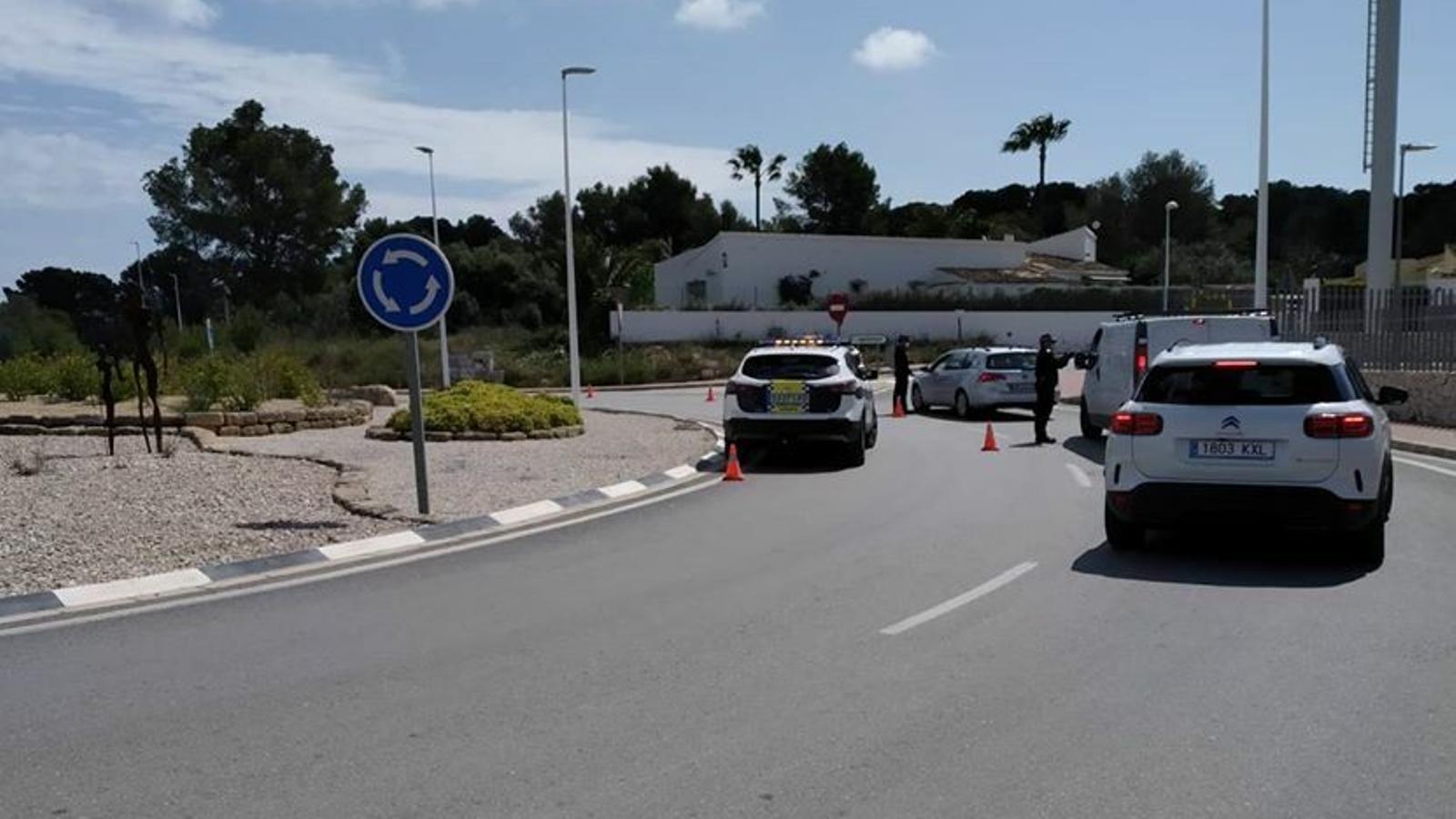 Control de la Policia Local de Xàbia per vigilar l'accés a les zones residencials de la localitat