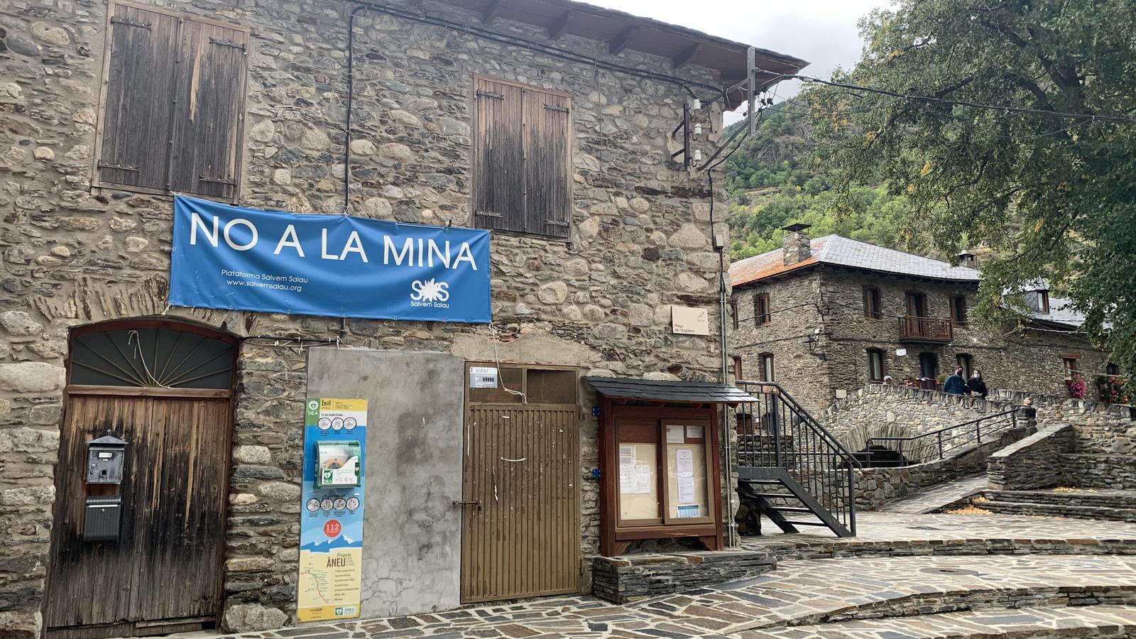 Un cartell contrari a la mina de Salau, penjat al poble d'Isil. / G.L.T.