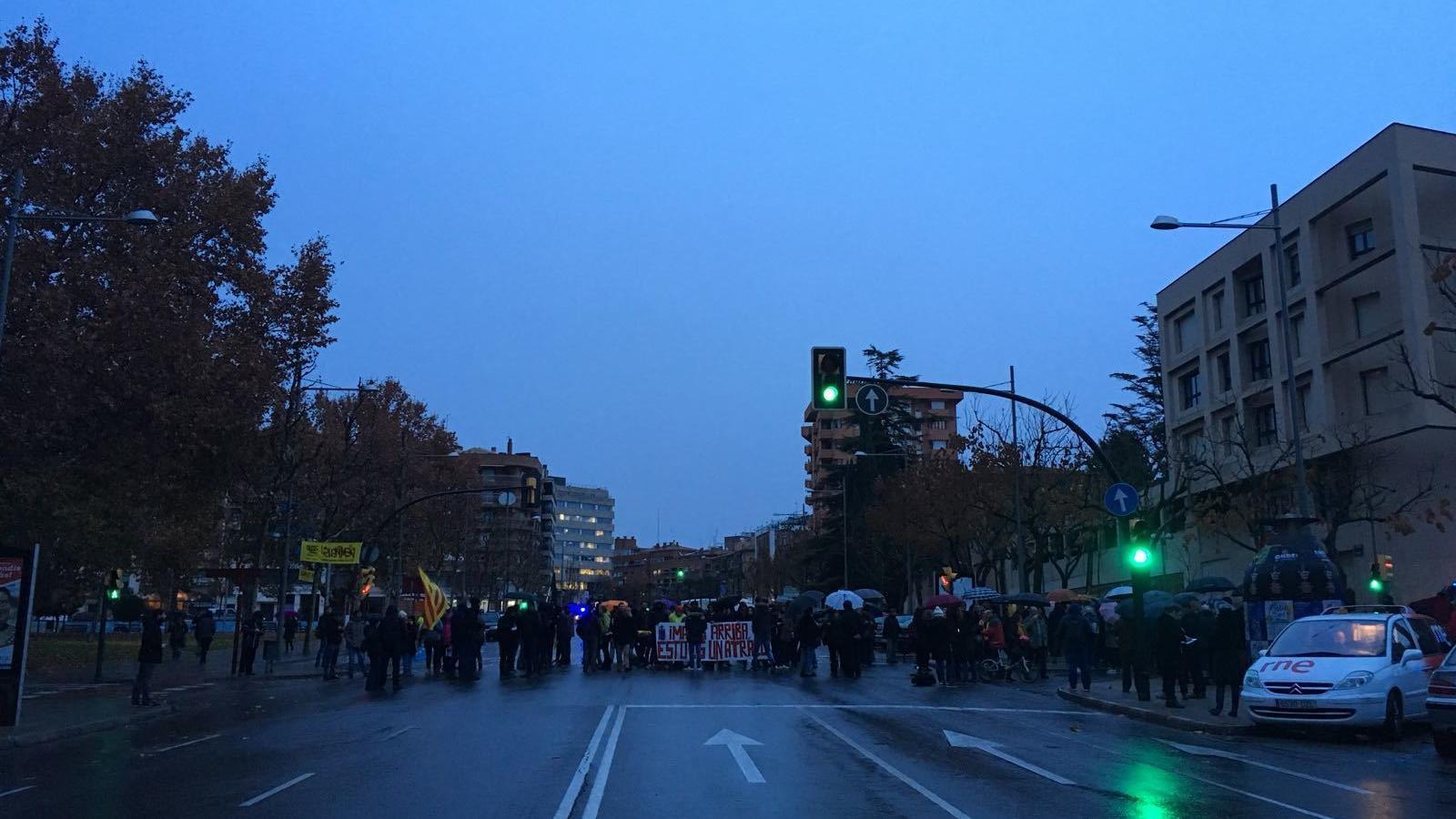 Els manifestants contra el trasllat dels béns de Sixena del Museu de Lleida han tallat la Rambla d'Aragó