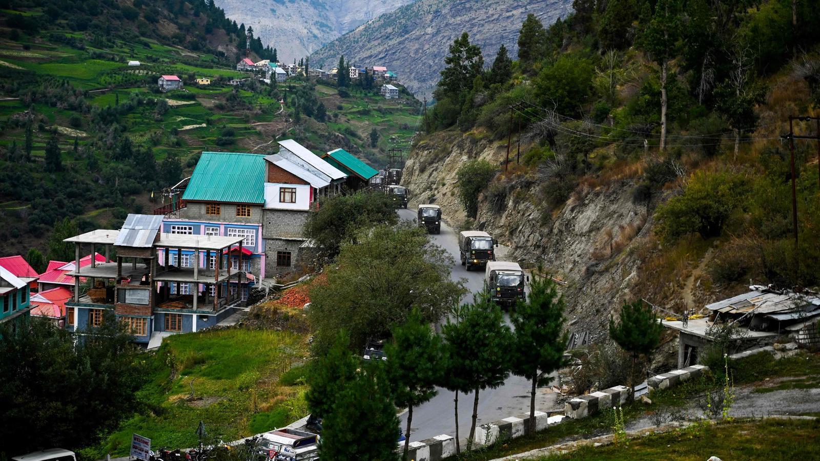 Un comboi de l'exèrcit indi passa per una carretera a Kyelang, a uns 120 quilòmetres de la frontera indo-tibetana