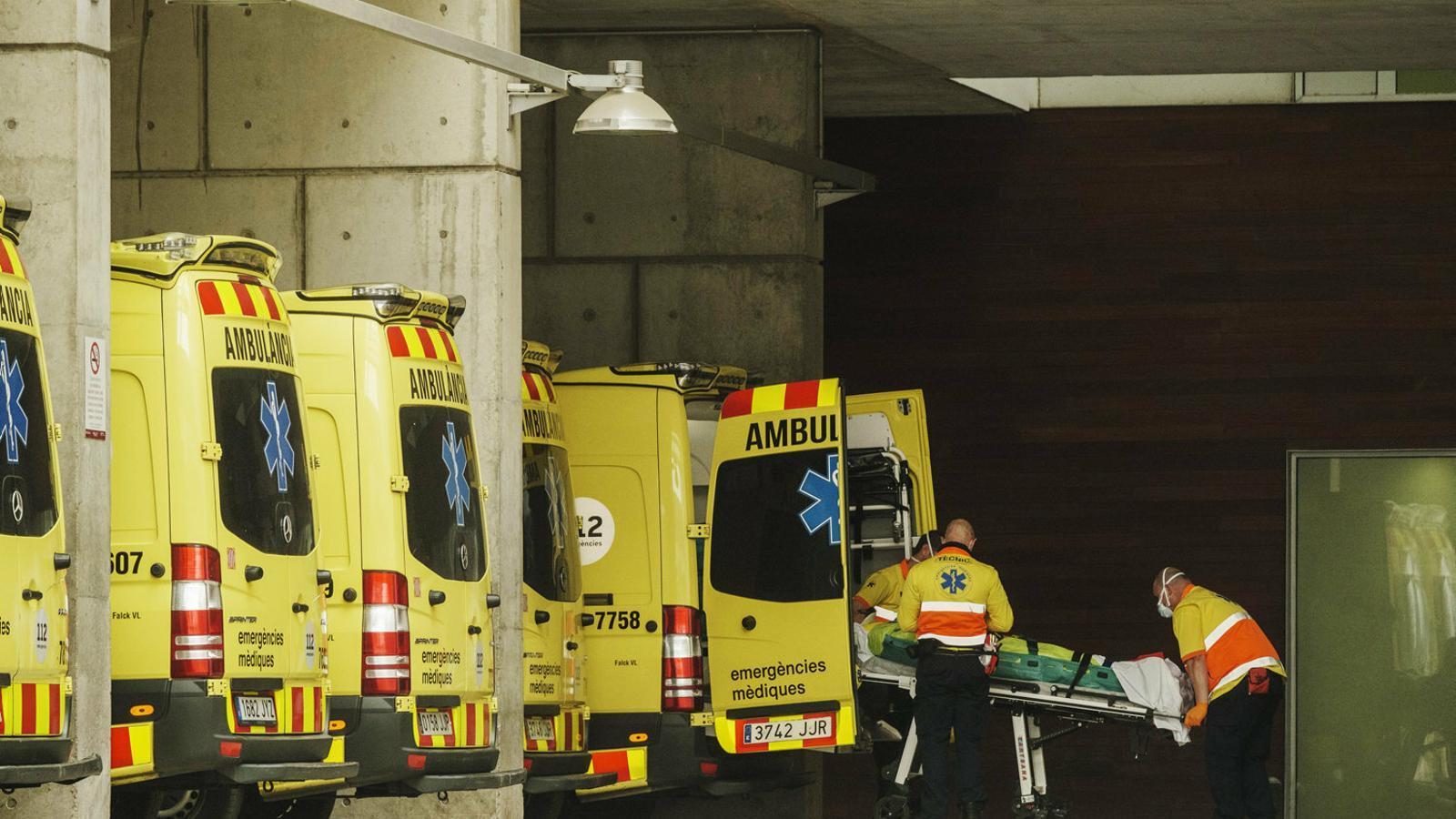 Personal sanitari treballant a l'Hospital de Bellvitge.