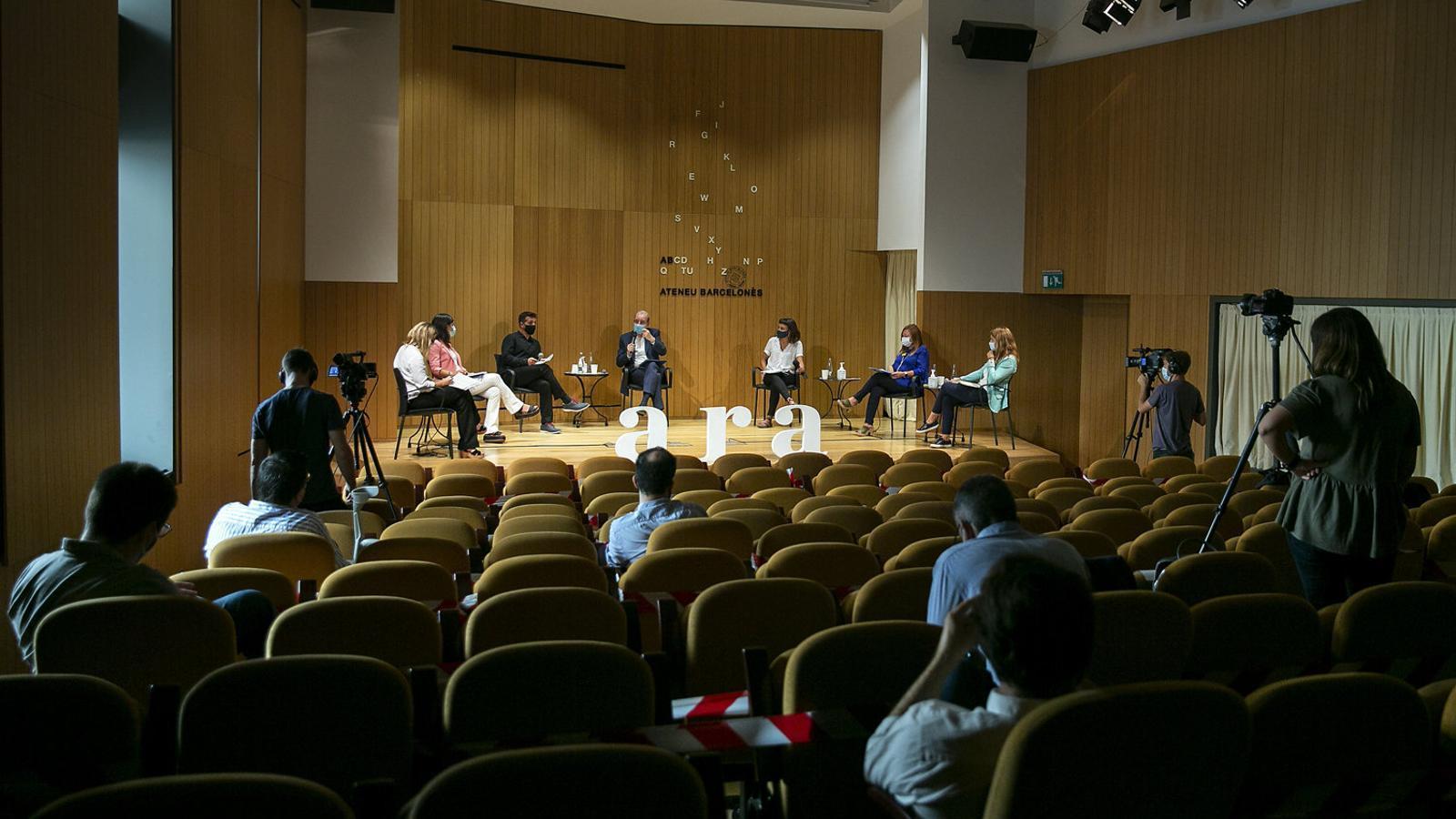 Antoni Bassas moderant el debat entre Elsa Artadi, Marta Vilalta, Marc Parés, Maria Rovira, Montse Candini i Marta Pascal.