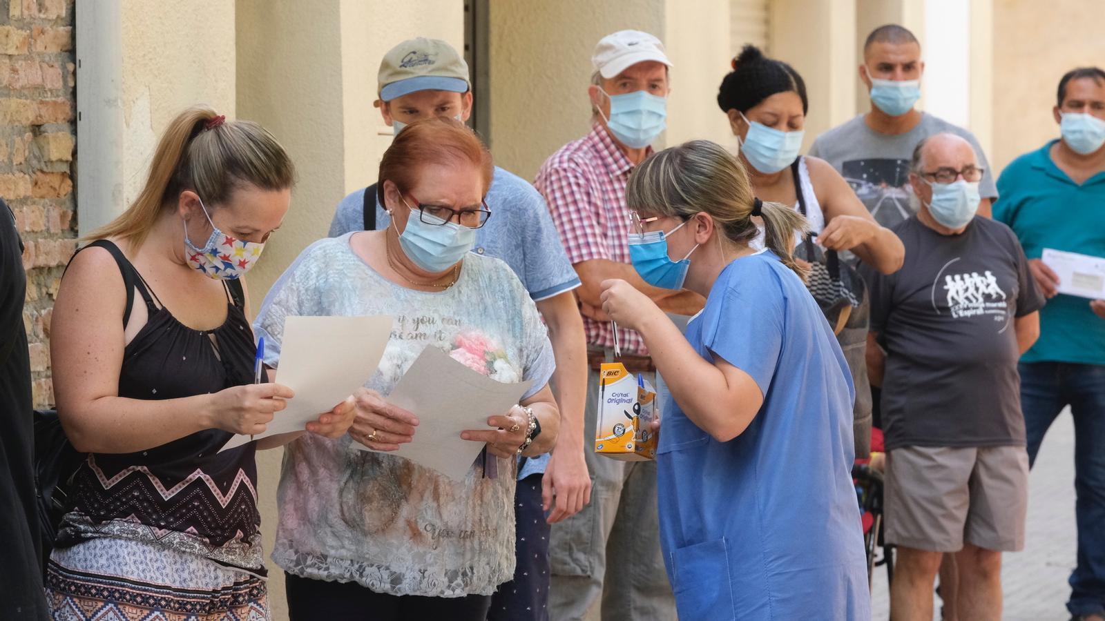 Personal sanitari informant sobre el cribratge massiu que s'està fent a partir d'aquest dilluns a Vilafranca del Penedès / MANOLO GARCÍA