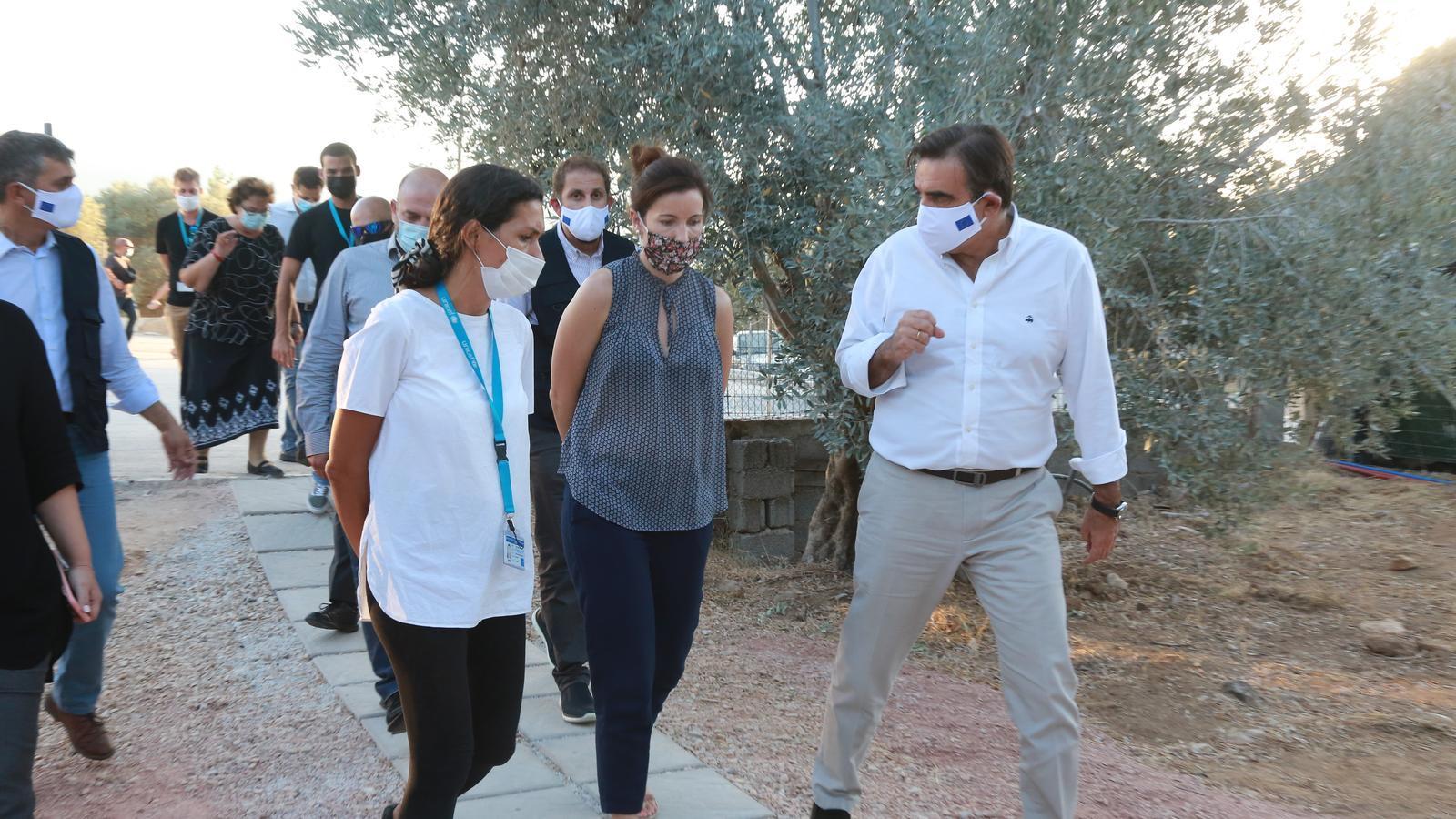El vicepresident de la Comissió Europea, Margaritis Schinas, amb membres de l'ONG Iliahtida en la seva visita a Grècia després de l'incendi de Mória.