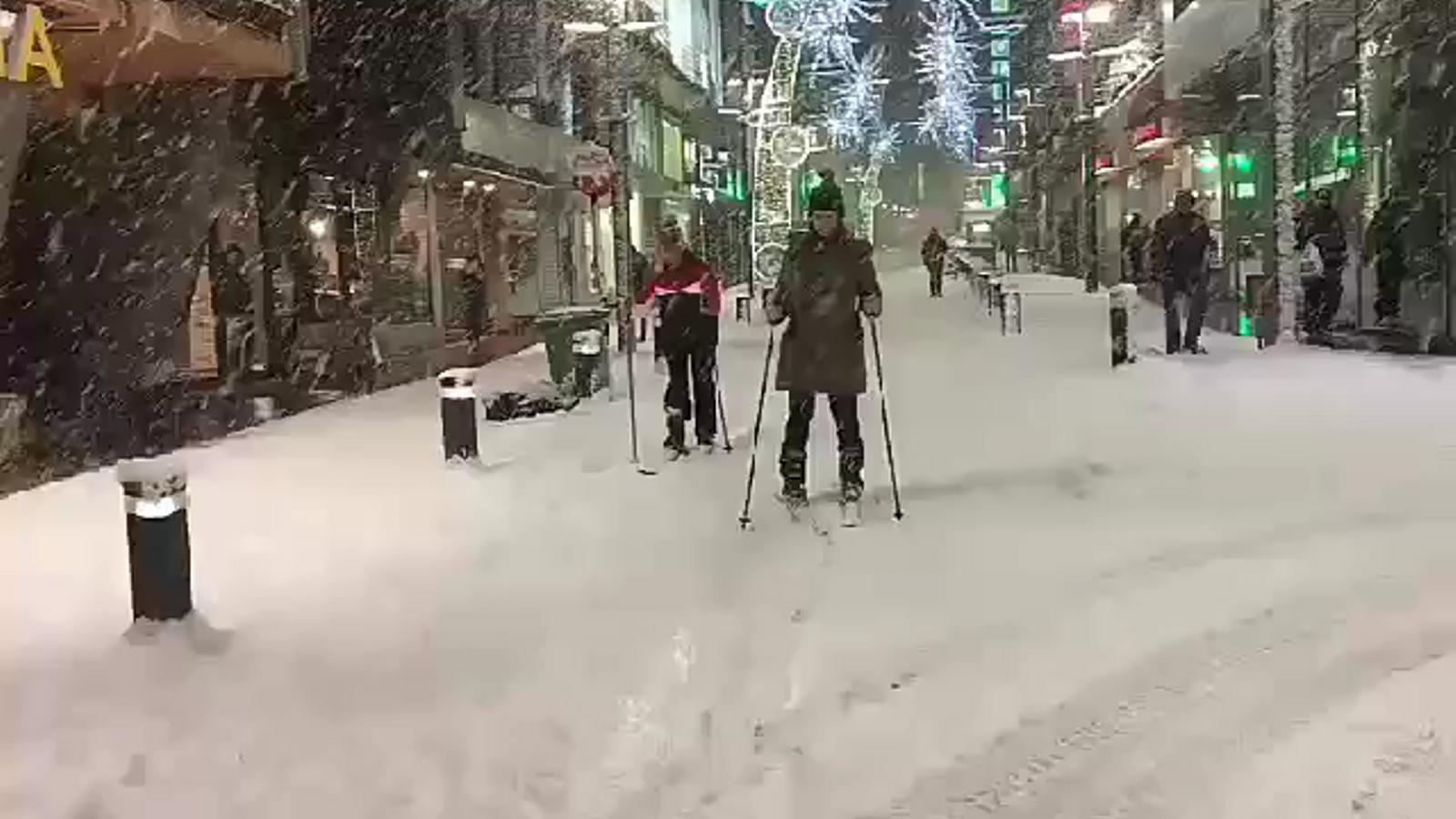 Esquiadors a l'avinguda Meritxell