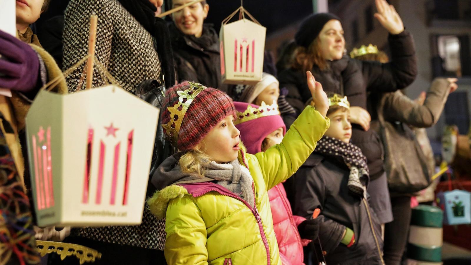 La llum dels fanalets independentistes guia els Reis d'Orient a Vic