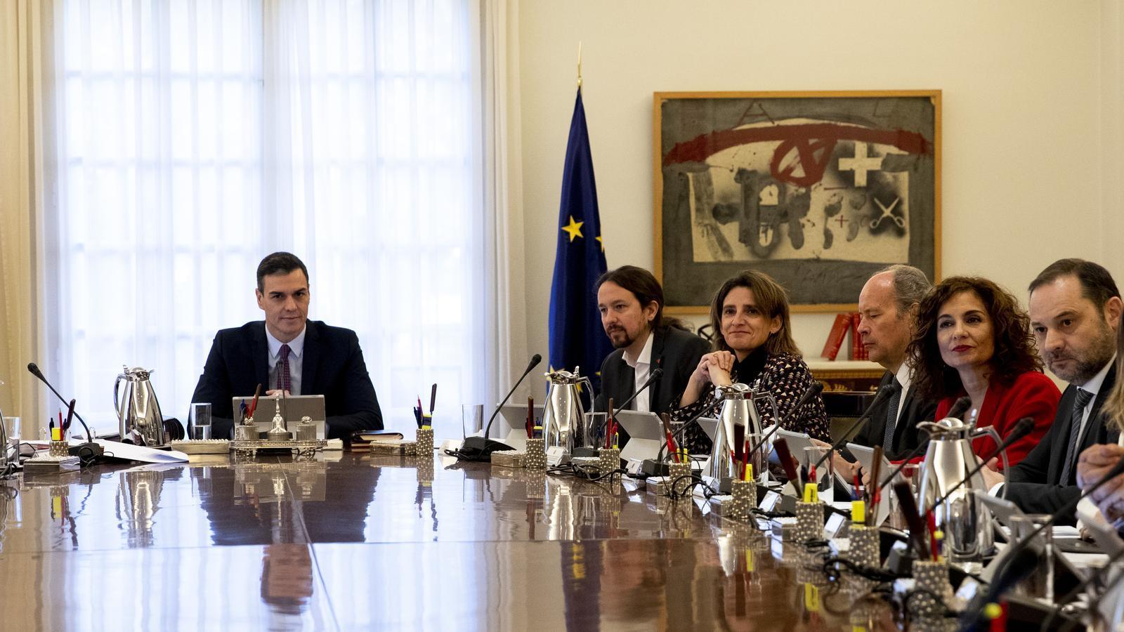 La primera reunió del consell de ministres del nou govern de coalició de Sánchez