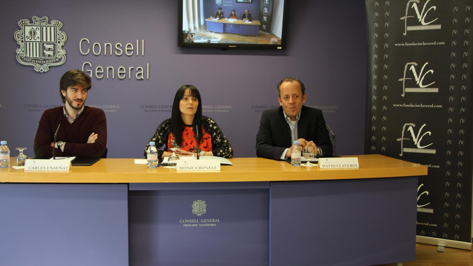 El president de la Comissió Legislativa de Política Exterior, Carles Ensenyat; la Subsíndica general, Mònica Bonell, i el president de la Fundació Claverol, David Claverol, en un moment de la roda de premsa de presentació del grup d'amistat amb el Parlament Europeu. / L. M.