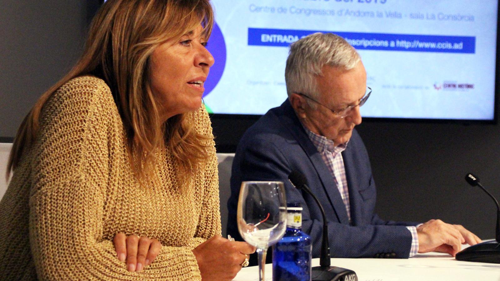 La cònsol major d'Andorra la Vella, Conxita Marsol, i el president de la Cambra de Comerç, Miquel Armengol, durant la presentació de la jornada. / M. P. (ANA)