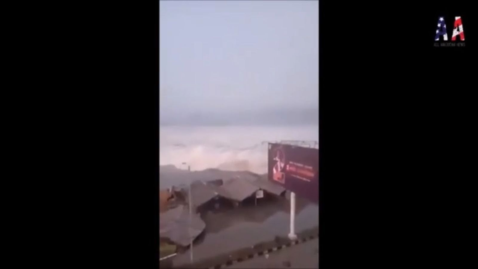 Un tsunami d'onades de fins a tres metres colpeja una illa d'Indonèsia després d'un terratrèmol de 7,5
