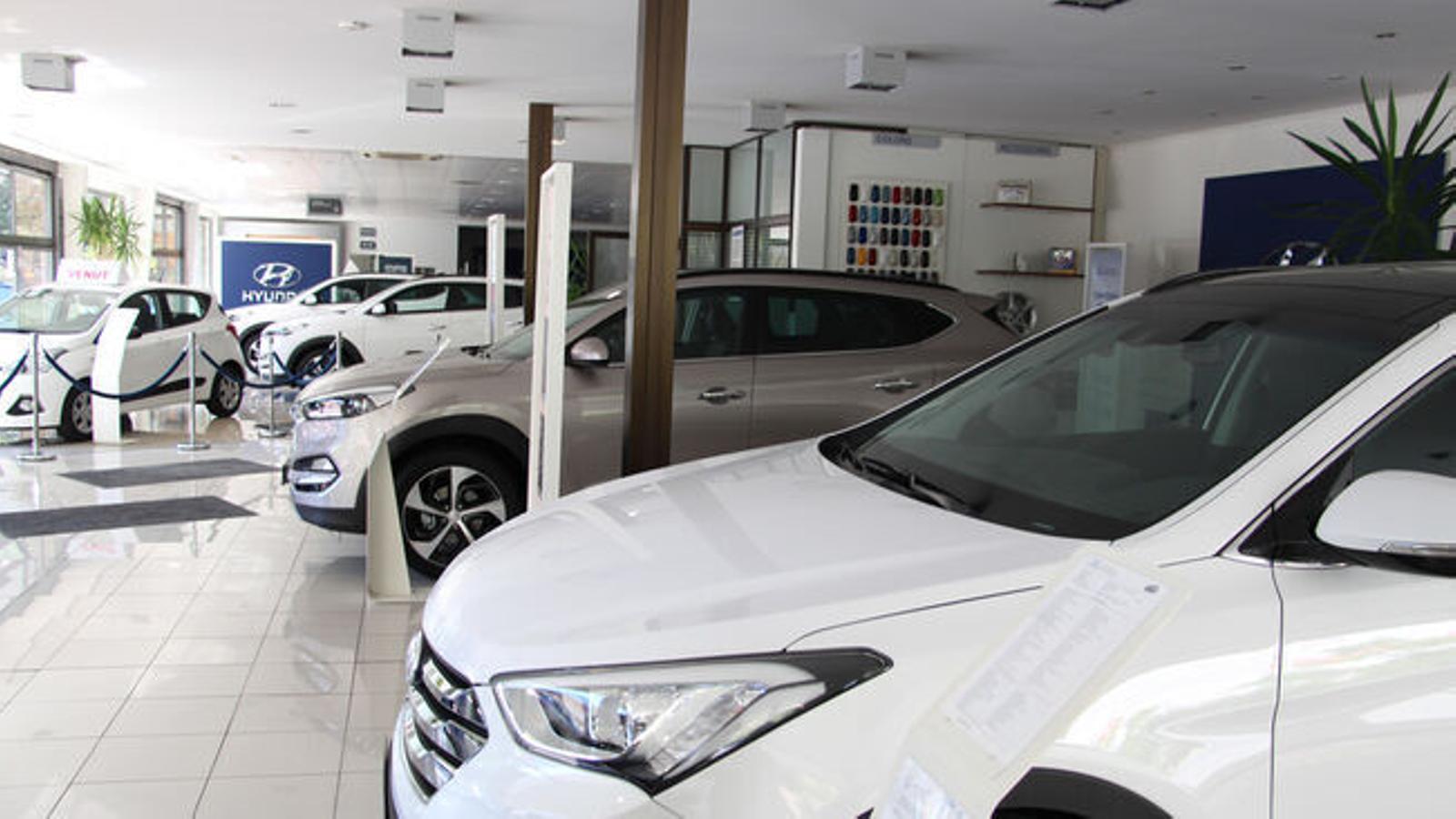 Vehicles exposats en un concessionari. / ARXIU ANA