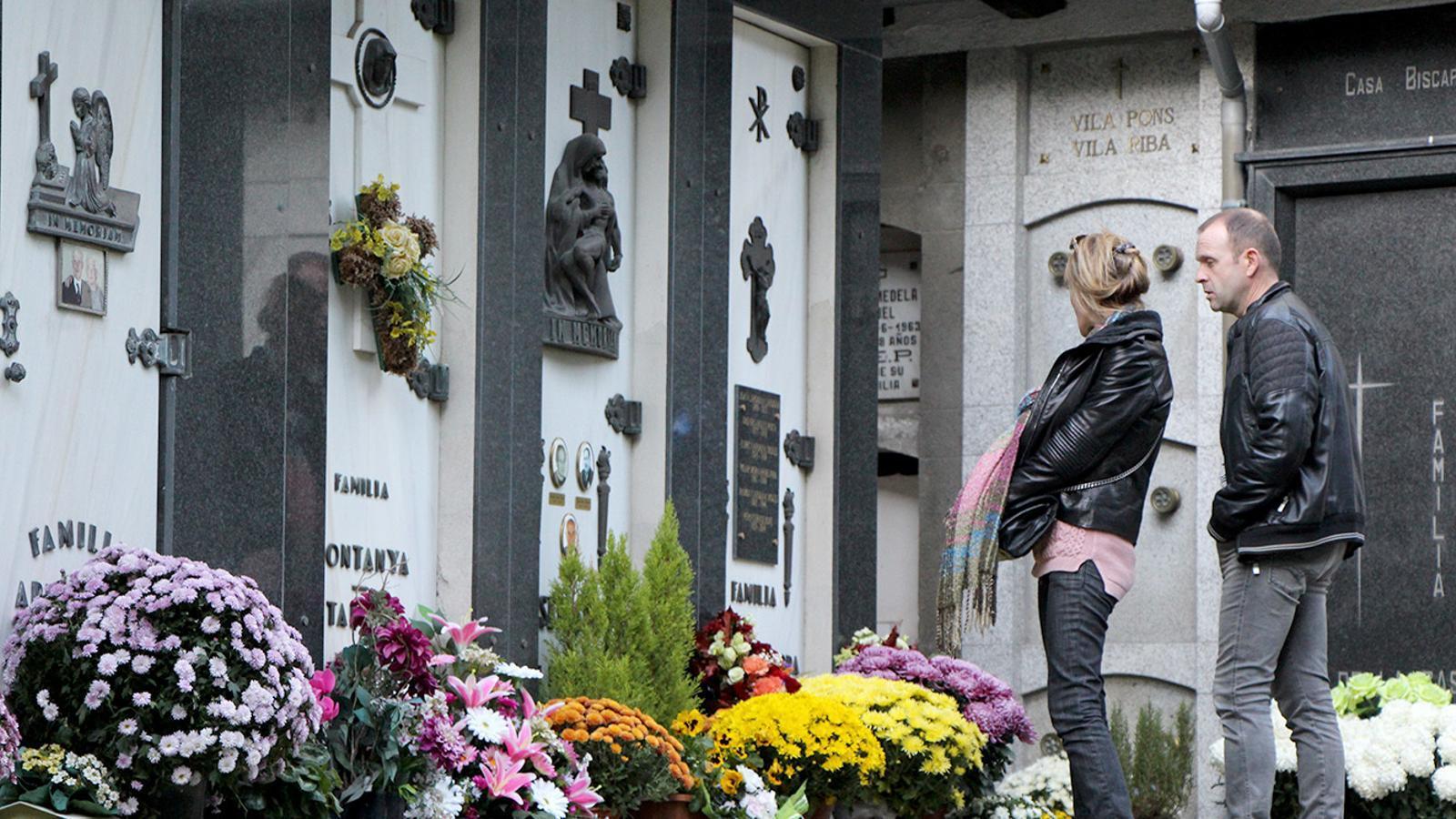 Dues persones visiten el cementiri. / ARXIU ANA