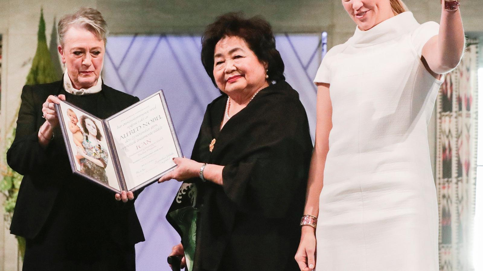 Setsuko Thurlow, al centre de la imatge, i Beatrice Fihn reben el premi Nobel de la pau.