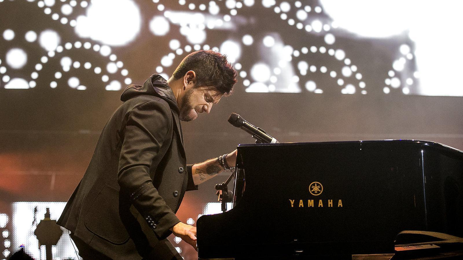 El músic malagueny Pablo López durant el concert d'ahir al Palau Sant Jordi.