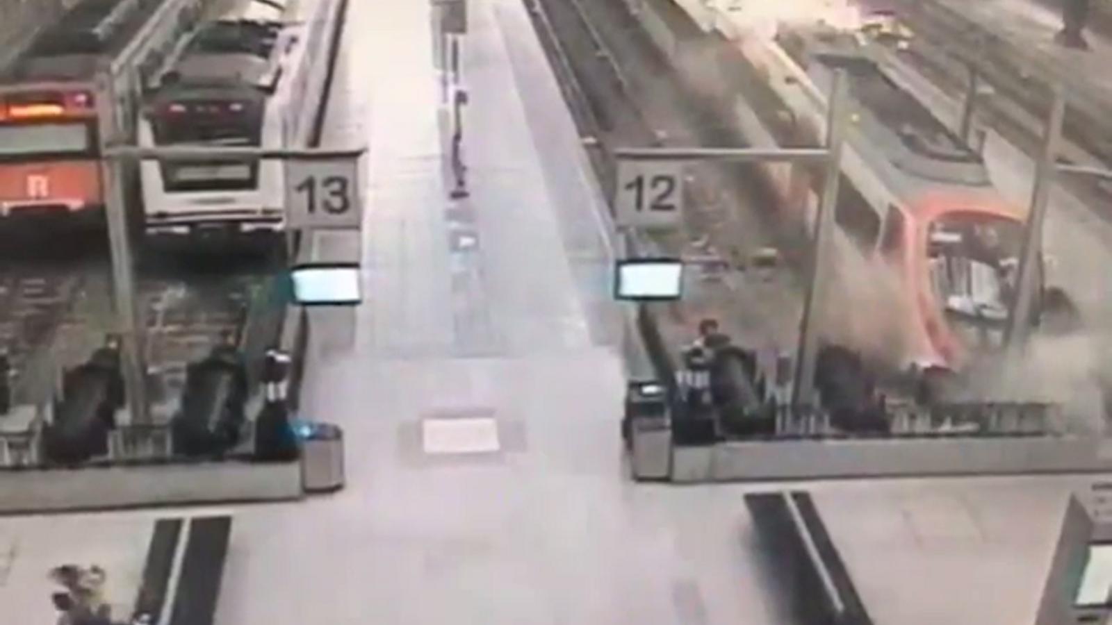 Una càmera de seguretat va captar el moment del xoc del tren a l'estació de França