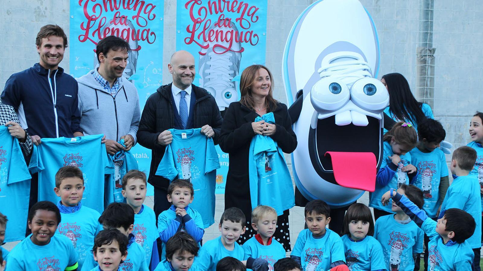 Un moment de la presentació de la campanya 'Entrena la llengua' al Prat del Roure d'Escaldes-Engordany. / B. N.