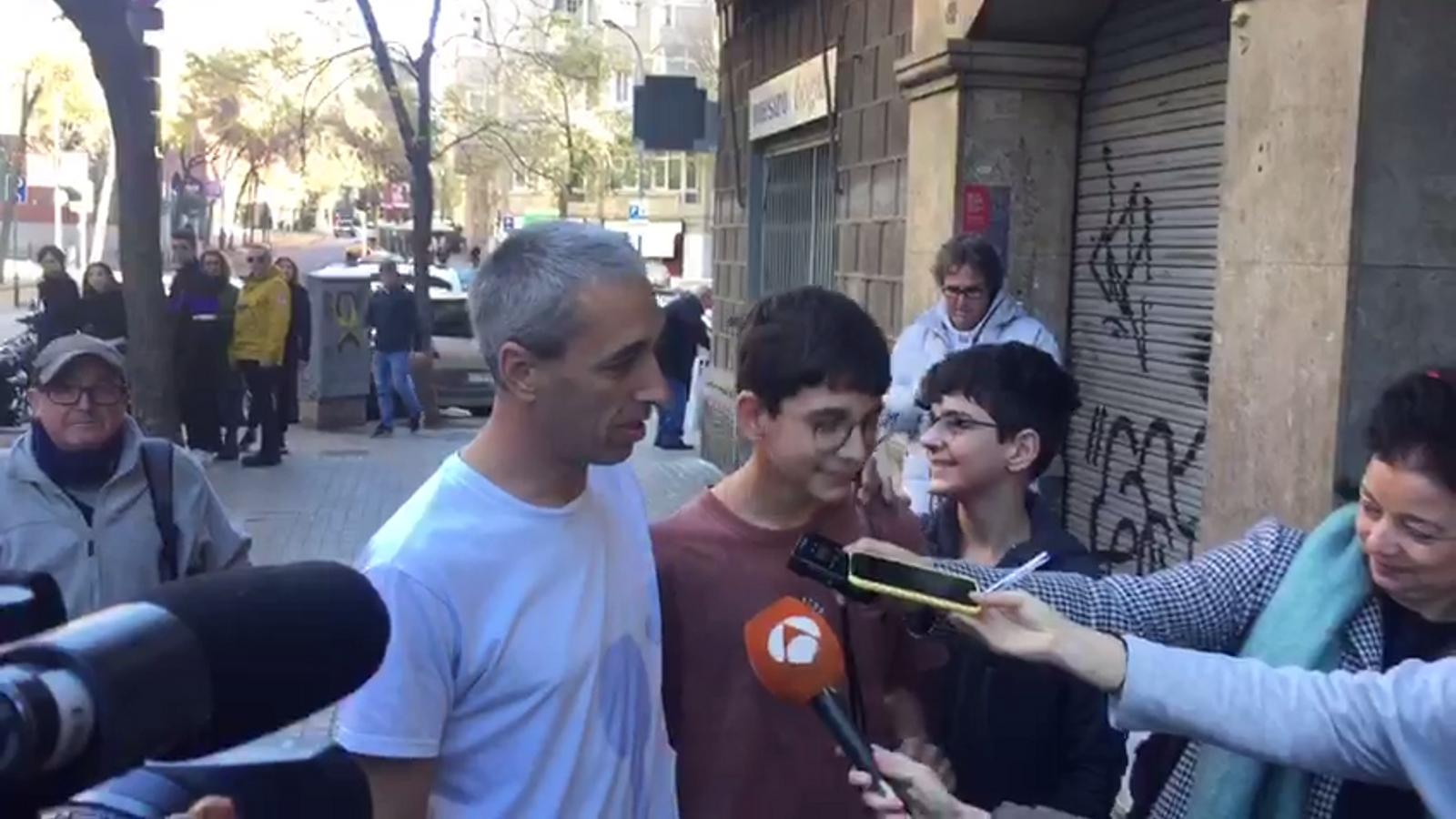 Alguns dels premiats ja han arribat a l'administració de Gràcia que ha repartit la Loteria del Nen.