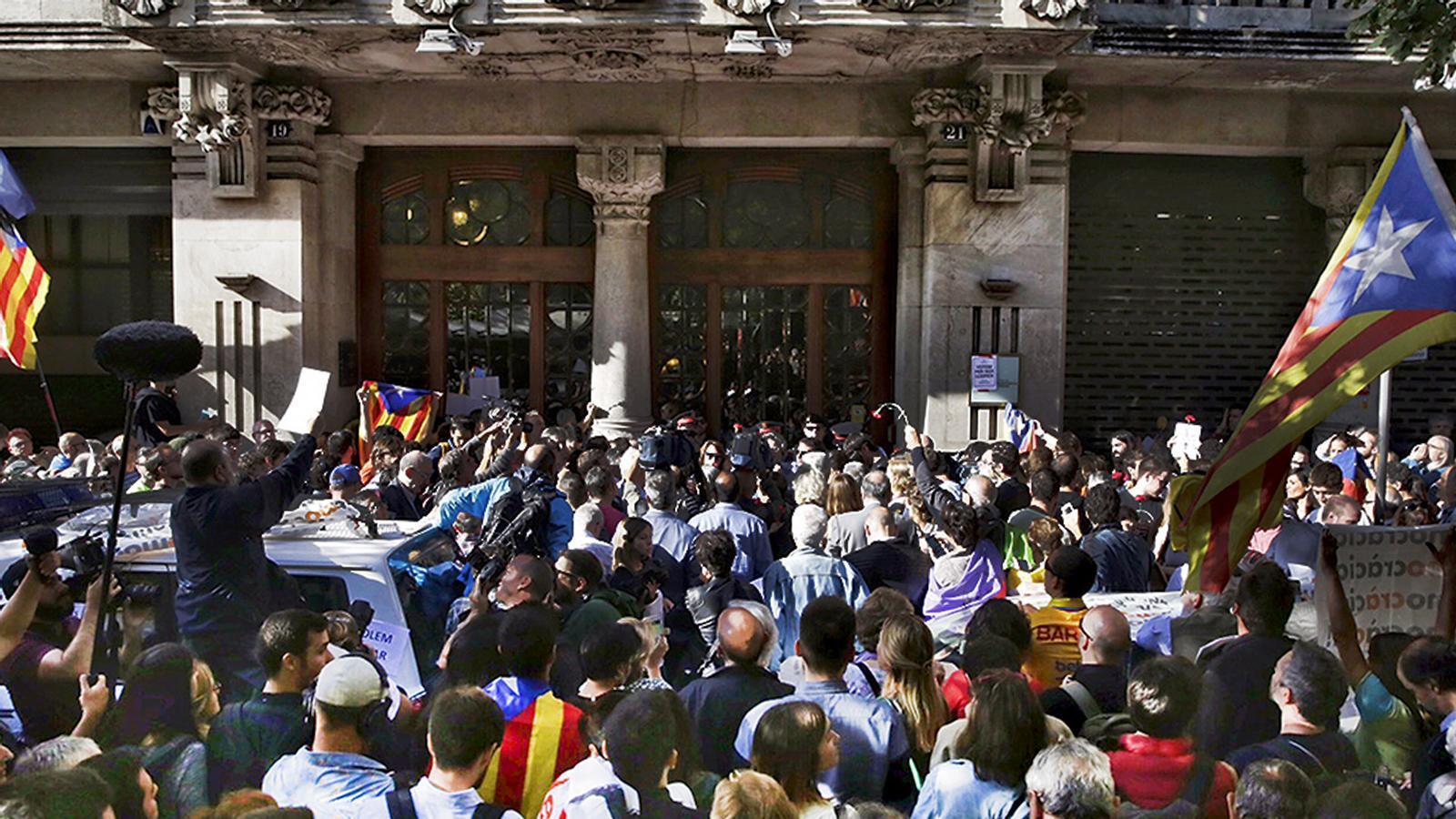 L'anàlisi d'Antoni Bassas: '«La massa» que volia tirar a terra la porta d'Economia'
