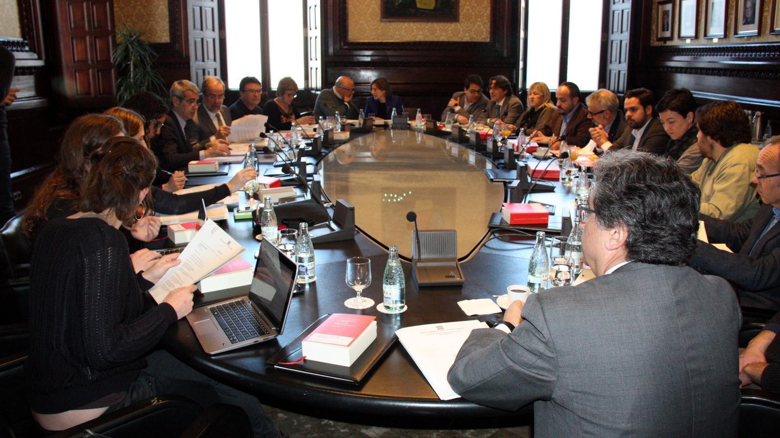 La mesa del parlament continuar tramitant les lleis de for Mesa parlament