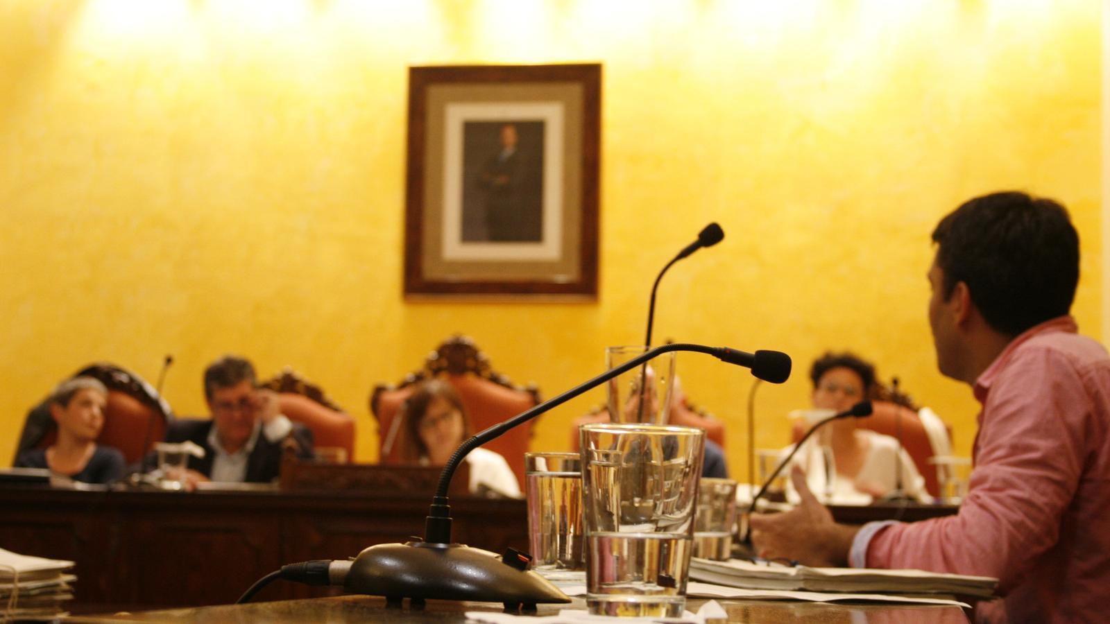 Joan Llodrà, de MÉS-Esquerra, interpel·lant al regidor de Medi Ambient, Pedro Rosselló, durant el plenari.