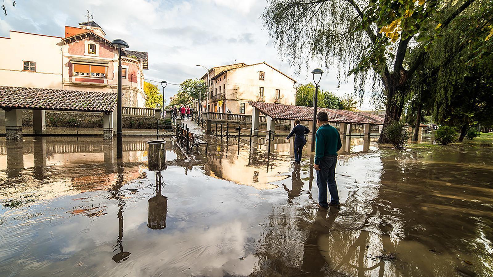 Els carrers de Manlleu pròxims al Ter han quedat inundants / CARME MOLIST